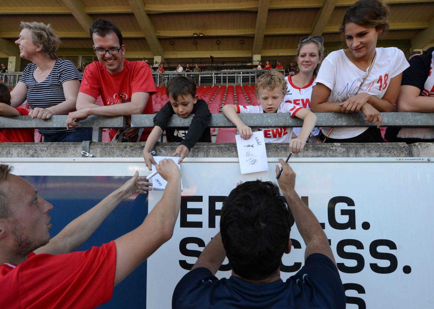 DSC_7717 Autogrammwünsche der FC Fans an den BSC